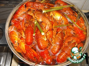 Pour into 5-quart saucepan of water to boil and add salt, SUGAR, dill, Bay leaf.  There lay the crayfish and after boiling, boil for 20 minutes.