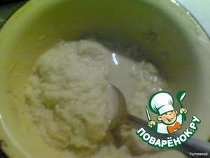 Raw potatoes RUB on a medium grater,add the flour,soda,salt and pepper.  All is well vymeshivayut