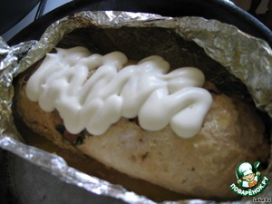 Then take the loaf out of the oven, open the top. Beautiful spread mayonnaise and again in the oven for 15 minutes.