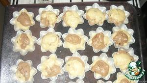 Тесто разделить на 2 части, в одну часть добавить какао.   Формочки смазать маслом и выкладывать тесто (тесто с какао и обычное тесто)