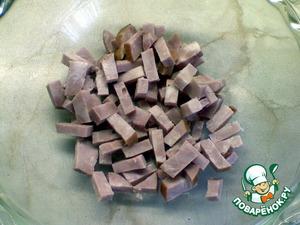Ветчину нарезать брусочками.    Лук мелко нарезать и выложить в небольшую миску. Замориновать на 30 минут в смеси из 100 мл воды и 1 ст. л. уксуса.