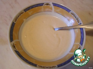 Смешать сметану, майонез, горчицу, добавить немного воды( 50 мл., но можно и не добавлять).