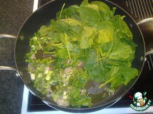 Нагреть масло в большой сковороде и обжарить лук, шпинат, укроп.   Добавить приправы.