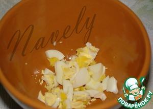 В тарелку (чашку, супницу) крошим отварные яйца - по 1 на порцию (можно половинку яйца) и наливаем наш ароматный, супер витаминный борщец.