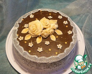 На фотографии торт «Три шоколада». Я его полностью покрыла шоколадной глазурью на желатине. Поверхность получилась достаточно плотная, что удобно при декорировании.