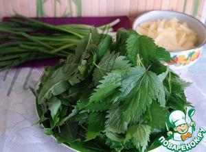 Пока варится бульон, подготовить зелень, крапиву, щавель и лук помыть, картофель очистить и нарезать не длинной соломкой.
