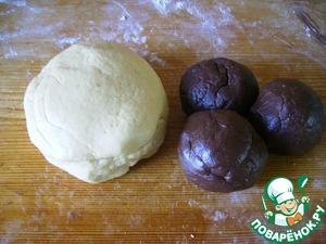 Замесить песочное тесто: маргарин порубить с мукой (+разрыхлитель) и сахаром на крошку. добавить желтки, сметану, соль. у меня выход муки больше, от самой муки зависит.    Разделить тесто на две неравные части и в меньшую часть добавить какао. разделить шоколадное тесто на три шарика, сложить в пакет и убрать в морозилку, не делайте тесто плотным, оно должно быть мягким и жирноватым.