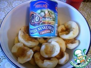 Очистить яблоки от кожуры, разрезать пополам и ложечкой выбрать сердцевину. На мою форму 28*24 надо 15 половинок. Начинить маковой массой яблоки.