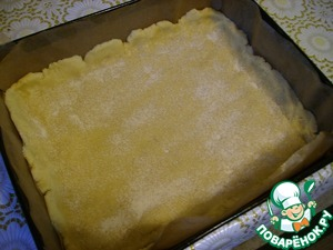 Форму выстилать пергаментом, хорошо распределить белое тесто, присыпать сухарями или манкой.