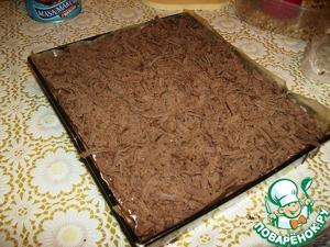 Достать из морозилки шоколадное тесто и затереть сверху. с   Ставим в духовку на час приблизительно. надо регулировать температуру. нужно чтобы белки слегка подсохли сверху. Тесто поднимается, может сверху слегка потрескаться.