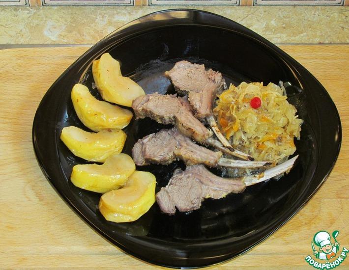 Рецепт: Каре ягнёнка с тушёной квашеной капустой и яблоком