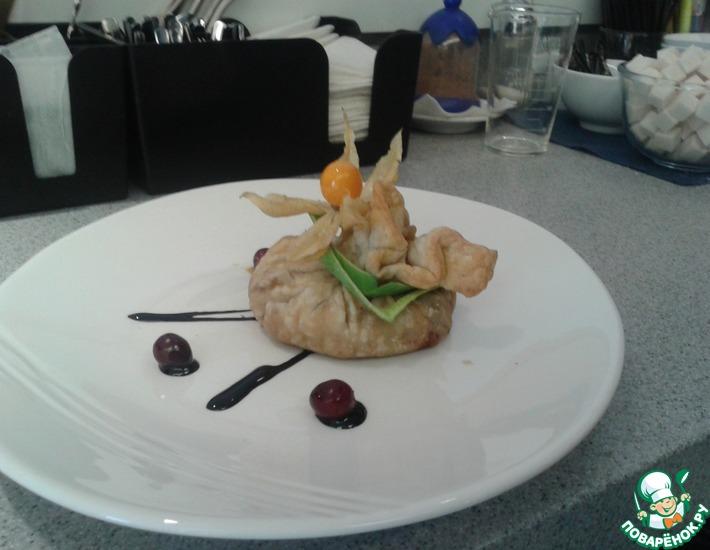Рецепт: Пикантная семга с базиликовым песто в мешочке из слоеного теста