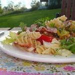 Салат с макаронами и беконом