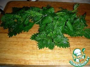 Обдаём крапиву кипятком, чтобы не кололась, удаляем грубые черешки и режем поперёк листьев.