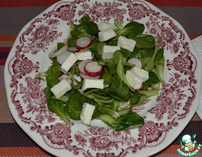 Рецепт: Салат листовой с редисом и фетой