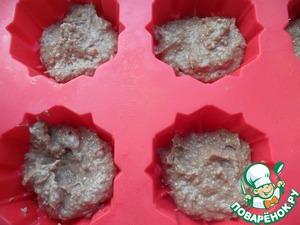 Смазать формочки маслом и выложить послойно каждое тесто в формочки.
