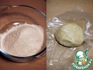 Муку просеять горкой. Добавить разрыхлитель, соль, растопленное сливочное масло, сахар, яйцо и йогурт. Вымешивать тесто до того момента, пока оно не станет однородным и гладким.    Скатайте тесто в шар, заверните в пленку и положите в холодильник на 30 минут.
