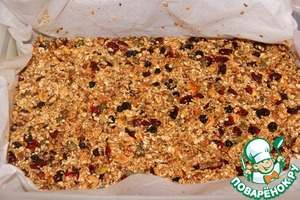 Capacity with sides and size 32х22 lay a baking paper so that it covers and the side, and put the walnut-caramel mixture. Flatten.