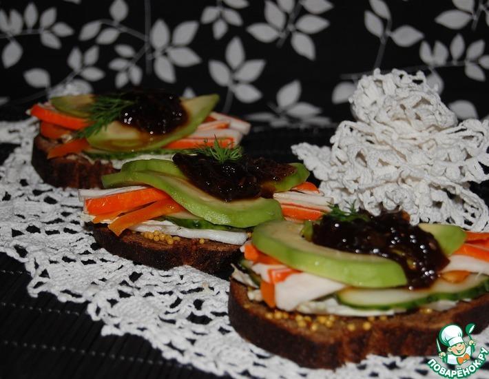Рецепт: Сэндвичи с авокадо и крабовыми палочками