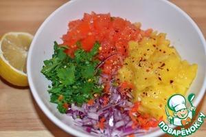 Как и положено, сначала делаем соус, чтобы он успел хорошо настояться и охладиться.    Для этого мелко рубим мякоть манго, помидор, красный лук, зелень петрушки, перчик чили по вкусу.