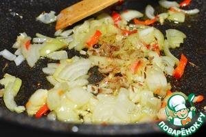 Теперь переходим к непосредственному приготовлению начинки.   репчатый лук, чеснок и перчик чили порезать и обжарить с кумином на оливковом масле.