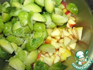 Смешать остывшую капусту и яблоки, чуть-чуть подсолить и поперчить.