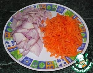 2.Подготовить лук и морковь, нарезав их соломкой.