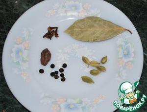 3.Теперь самое главное: специи. Именно они делают блюдо. В отличие от плова бириани готовится с очень большим количеством специй. Привожу примерную раскладку (вы же потом сможете откорректировать по своему вкусу, но для начала попробуйте мой вариант).       Гвоздика – 10 шт   Перец черный горошком – 8 шт   Кардамон зеленый – 10 шт   Кардамон черный – 1 шт   Лавровый лист – 1   Молотый кориандр – 1 ч. л   Молотая зира – 1 ч. л   Молотая корица – 0,5 ч. л.      Все то, что в зёрнах, перемолоть в кофемолке. Добавить кориандр, зиру и корицу. Должна получиться божественно ароматная смесь. Лавровый лист бросить потом в мясо просто так.