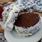 Шоколадные пирожные с молочным кремом и кокосом