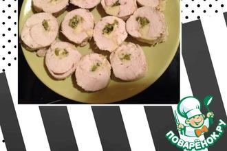 Рецепт: Диетические куриные рулетики с сыром и корнишонами