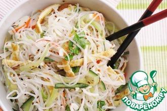 Рецепт: Рисовая лапша с крабовыми палочками и огурцом