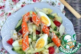 Рецепт: Салат с брошетами из крабовых палочек