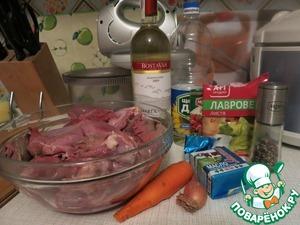 Продукты, которые нам понадобятся.   Зайчатину нужно предварительно поделить на куски и вымочить в воде с добавлением уксуса минимум 12 часов (до двух суток). Замороженную зайчатину вымачивать уже не нужно.