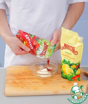 Лепешки поджарить на сухой разогретой сковороде по 20 сек. с каждой стороны. Смешать кетчуп с майонезом, смазать лепешки. Распределить по ним приготовленную начинку и аккуратно свернуть пополам.