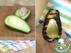 Берем авокадо, моем, разрезаем пополам, удаляем косточку, срез смазываем оливковым маслом и жарим на среднем огне срезом вниз на сковороде-гриль, пока мякоть немного не обуглится.   После этого даем авокадо остыть, срезаем подгоревший слой, снимаем шкурку и режем кусочками.