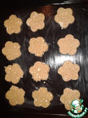 Насыпаем немного муки или овсяных хлопьев на рабочую поверхность и раскатываем тесто в пласт примерно 3 мм.    Формочкой для печенья вырезаем 12 кружочков. Перекладываем их на противень и выпекаем примерно 20 минут.