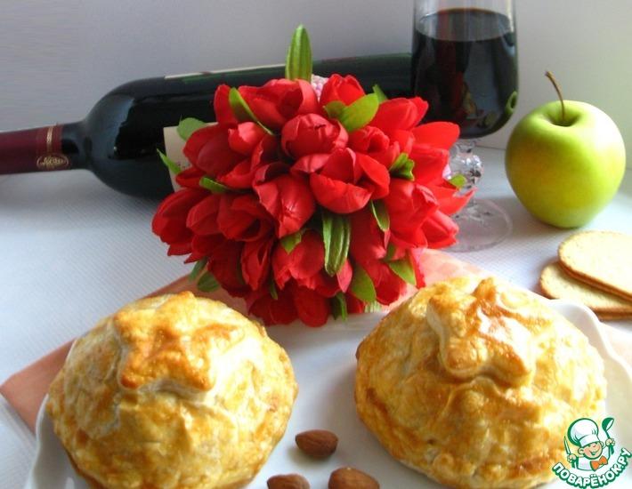 Рецепт: Сыр Бри, запеченный в слоеном тесте с брусничным соусом