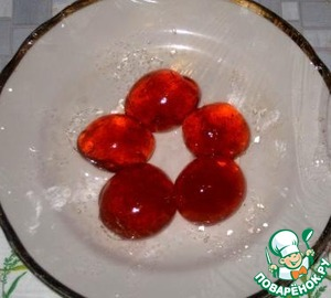 Тарелку застелить пищевой пленкой, разложить конфеты, убрать в холод до полного застывания.