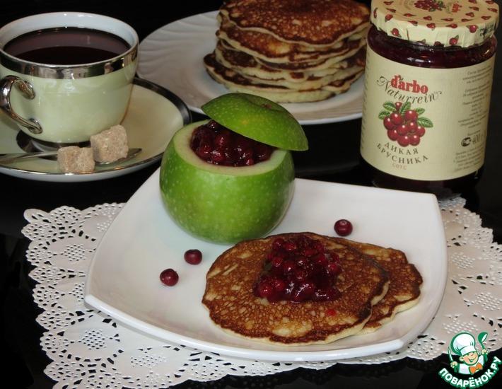 Рецепт: Дрожжевые оладьи с яблоками и брусничным соусом