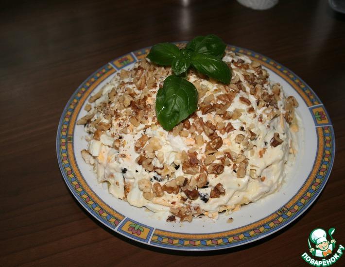 Рецепт: Салат из курицы с черносливом, орехами и сыром