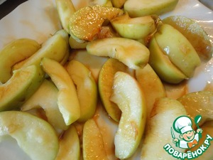 Яблоко режем дольками, сбрызгиваем лимонным соком и соевым соусом.