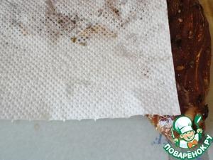 Вырезку вынимаем из маринада, обмакиваем бумажными полотенцами.