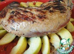 На яблоки - вырезку. Отправляем в разогретую до 180-200 градусов духовку.