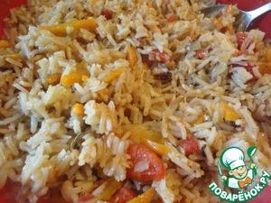 Рис перемешиваем. Дело в том, что рис на дне и сверху получается разным, поэтому его и нужно перемешать.