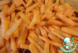 Морковь режем брусочками, относительно толстыми, 3-4 мм. Моркови должно быть много. Она и сама выходит очень вкусной, хорошо вбирая ароматы специй и рису отдает свой вкус.