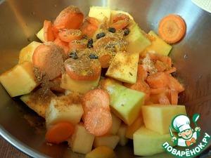Тыкву и кабачок освободить от семян, почистить, нарезать кубиками примерно 2х2 см.    Морковь нарезать кружочками.    Овощи посолить, перемешать со специями.