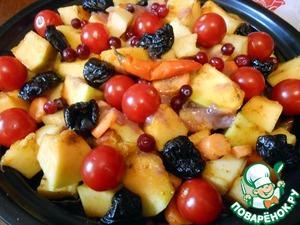 Поверх сердечек выложить овощную смесь. Добавить помидоры (если крупные, разрезать), клюкву (вместо клюквы можно использовать дольки лимона или лайма), чернослив (или курагу), перчик чили. Так как мой маринад был достаточно нежен, я его тоже добавила в тажин. Однако, если маринад слишком кислый или сладкий, то лучше не стОит добавлять.