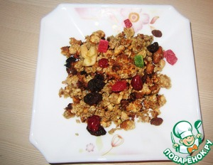 The finished mixture is put in a bowl, add the dried fruit, pour yogurt or milk.