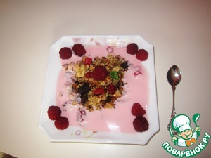 Decorate with raspberries. Granola is ready!