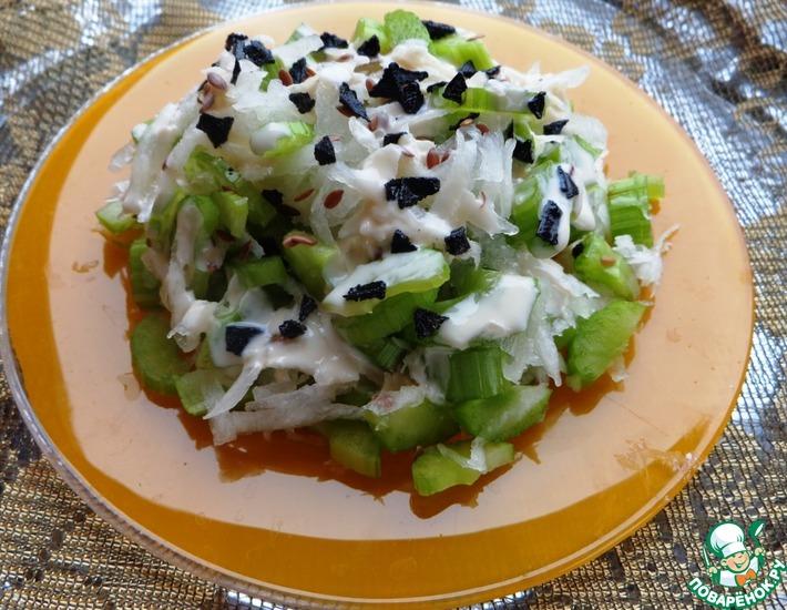 Рецепт: Салат с дайконом и сельдереем под ряженкой